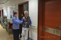 陪同患者做康复运动